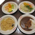 シェーキーズ - 果物・フルーツヨーグルト(左上) サラダバー全種(右上) バジリコ(左下・左) イカの和風明太スパゲッティ(左下・右) ビーフカレー(右下)