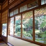 茶寮 宝泉 - どの席からも美しいお庭が望めます