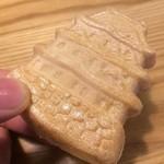 60561759 - 艶やかな小倉あんと、焦がし皮の風味が非常にマッチした一品です。