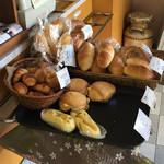 渦潮ベーカリー - レジ前のパンは特に惹かれます。