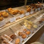 関口フランスパン - お菓子系のパンやお惣菜パンなど、色んな種類があります♪