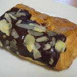 関口フランスパン - チョコバー(147円)♪デニッシュに、チョコレートとナッツのトッピング。