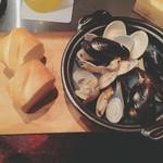 京橋 煮込みビストロ banco - あさり・はまぐり・ムール貝 の 白ワイン煮