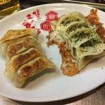 うま馬 - 博多ひとくち餃子(5個)210円、チーズ餃子(5個)260円