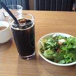 関内ビアホール トマト酒場 - スープとサラダセット(アイスコーヒー)
