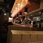 つけ麺屋 やすべえ - 落ち着いた色調で親しみ易い空間。スタイリッシュ&カジュアル。