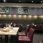 シカゴステーキ オーロラ - 12月の夜とあって店内のテーブル席は予約が入ってたりカップルで賑わってましたが、空席が出来たチャンスを狙って一枚パチリ。