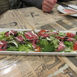シカゴステーキ オーロラ - サラダはローストビーフがトッピングされたサラダ、まさに牛肉づくしですね。