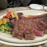 シカゴステーキ オーロラ - メインのお肉はトマホークステーキ、リブロース外側のやや硬い部分を切りとっておいしい芯の部分だけを残したボリュームたっぷりのステーキです。