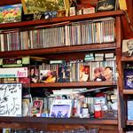 リバーサイド - 棚にはオールディーズなCDたち。