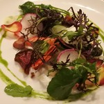 アノニム - モッツァレラチーズと神戸市内で採れた有機野菜のサラダ