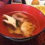 旅館 阿しかり里 - 料理写真:お雑煮は紅白餅に鶴の蒲鉾、鶏肉と青菜が下に隠れていました