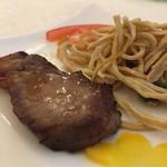 60775255 - 叉焼と干豆腐。良質の豚を使い、食紅も使わず肉の味に溢れる。中々美味しい。