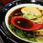 金久右衛門 - スープは濃口醤油味が前面に出た、鶏や魚介系の旨味が強いスープです。