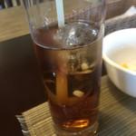 和 - ウーロン茶には丸い氷