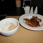 60783406 -  薩摩赤鶏のもも、黒毛和牛ハンパーグ、国産牛サーロインの鉄板焼の盛り合わせと、玄米と白米のご飯の盛り合わせです。
