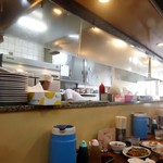 亀戸餃子  - カウンター席からの眺め。