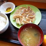 会津屋 - 円盤餃子定食(\680税込み)正月なので蜜柑のサービス♪