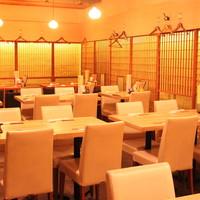 テーブル席でゆったりと寿司を楽しむことができます