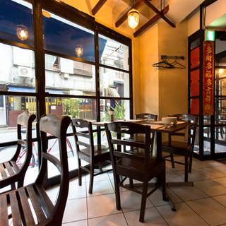オープンカフェのような開放的な空間はデートでも宴会でも!