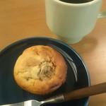 CAFE D-13、ときどき五味食堂 - ドリップ珈琲(ケニア)と、バナナとピーナツバターのマフィン