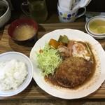 ハンバーグこが - オリジナル(バーグと目玉焼)サラダ、デザート付ライス、お味噌汁おかわり無料   950円