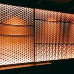 60925471 - なんともいい感じのバックバーで素晴らしい細工をされた引き戸がいい雰囲気を醸し出しています。これ凄い造り!!