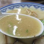 元祖赤のれん雄ちゃんラーメン - 醤油ダレの効いたコラーゲンたっぷりな豚骨スープです。