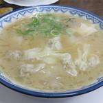 元祖赤のれん雄ちゃんラーメン - ワンタンメン750円です。 中身の餡は普通に美味しいですが、トロリンスープがからまった皮がトロトロで美味しいですね。