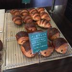 ジュエ ボワット - クロワッサンとパンヲショコラ。生地がものすごく美味しかったです。