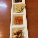 全国珍味・名物 難波酒場 - 珍味盛り合わせ 手前から、にんにく、バクライ、辛子蓮根、ホタルイカ酒盗