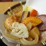 ドッキリカレー かん太くん - かん太カレーに付いてくる鎌倉野菜のざる盛り