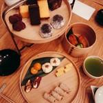 HIGASHIYA GINZA - 「茶間食」¥3780 上段は甘いもの、下段は塩気のあるもの