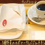 ドトールコーヒーショップ - ミラノセットには定番のミラノサンドの他にクロックムッシュやホットサンド、カルツォーネ等があり、カルツォーネ 7種野菜のカポナータ&バジルチキン(340円)とブレンドコーヒー(S/220円)♪