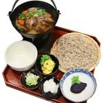 そば処アルプス - 鹿けんちゃんそば(冬限定)2,100円  早川では、冬に猟師が獲ったイノシシやシカ、ヤマドリなどをよく食べます。肉が獲れた日は、大根やゴボウ、白菜等、畑で取れた野菜と一緒に、自家製の味噌で煮込み、ごちそうとして食べてきました。そんな「美味しい昔」を味わえる、冬限定メニューです。鹿は臭みのない、選び抜かれた「早川ジビエ」の鹿肉を使用。柔らかくホロホロに煮た美味しいお肉です。(12月〜3月限定)