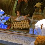 祢ざめ家 - 店頭のガラス越しに、お店の方が お稲荷さんを作っているところが見れるよ。 こちらのお稲荷さんは、麻の実が入っているのが 特徴なんだって。これは食べてみたい~