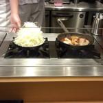 豚屋とん一 - 目の前で調理