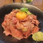 肉が旨いカフェ NICK STOCK - ローストビーフ丼には卵がトッピングしてあるんで良く混ぜていただきます。  ローストビーフが薄切りなんでとても食べやすいです、それにしても山葵の多さにちょっとビックリ。