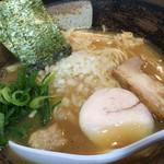 麺屋 武一  - ネットリ感を感じる程のスープ。刻みタマネギがもっと欲しくなるのです。