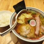 とら食堂 - 焼豚ワンタン麺1,140円。麺少なめ-130円。ランチタイムは白河産コシヒカリのご飯がサービス。