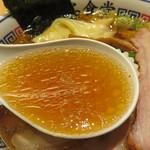 とら食堂 - スープは鶏がら醤油です。昔ながらの中華そばというよりは、あか抜けた美味しさだと思います。