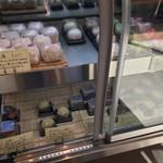 菓楽 - 生菓子は冷蔵庫に並べてあります。