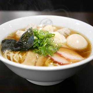 八雲 - 料理写真:特製ワンタン麺 黒だし + 味玉