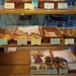 パーネ ディ トゥッティ - 店内のパン売り場