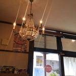 麺屋 つくし - 店内のシャンデリア