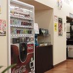 サミー食堂 - ドリンクは自販機で80円