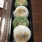 今西誠進堂 - 料理写真:白とよもぎの2種類の焼餅
