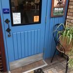 61302277 - 元町らしく、海を表すような鮮やかなブルーのドアが迎えてくれます(2017.1.15)