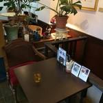 ノラリ&クラリ - 今日は、階段横の2人掛けテーブルです(2017.1.15)(2017.1.15)