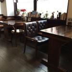 ノラリ&クラリ - 2人掛けテーブルから、いつもよく座る4人掛けテーブルを撮りました(2017.1.15)